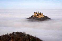Castillo Hohenzollern flotando sobre las nubes, Alemania.