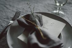 Handmade paper menus, wedding table scape arrangements at the A Midsummer Dream - Wedding Workshop / / © PAPIRA wedding stationery #invitatiinunta #invitatii #nunta #weddinginvitations #weddinginvitation #weddingstationery #luxurystationery #wedding #weddingpaper #handmadepaper #tablescape #wedding #luxurywedding #weddingplanning #weddingideas #weddinginspiration