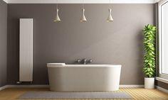 Das Badezimmer wird zum Wohnraum. Braune Wandfarbe schafft Gemütlichkeit in diesem Raum. Mehr dazu auf www.kolorat.de #KOLORAT #Wandfarbe #Bad #Braun #streichen