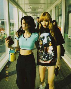 Jennie and Lisa Blackpink Kim Jennie, Jenny Kim, Blackpink Outfits, Black Pink Kpop, Blackpink Photos, Blackpink Fashion, Poses, Blackpink Jisoo, Look Cool