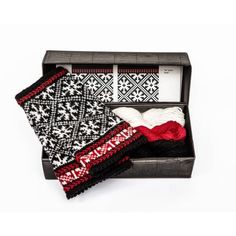 Garn og oppskrift samlet i eske - flott gave til deg selv eller andre Diy Knitting Kit, Hand Knitting, Fingerless Gloves Knitted, Learn How To Knit, Mittens Pattern, Find Color, Modern Outfits, Needles Sizes, Color Patterns