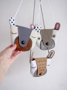 """kapsička+""""Little+Teddy+Bear""""+Meďánková+kapsička+na+všechny+dětské+poklady!+Praktická,+originální+a+hlavně+-+děsně+elegantní!+Zkrátka+ideální+pro+všechny+malé+slečny+s+vlastním+názorem.+Kapsička+je+vyrobena+z+vrstveného+filcu+a+zdobena+ruční+výšivkou.+Čumáček+-+kovový+knoflík,+slouží+zároveň+jako+zapínání.+Rozměry+výrobku:+13,5+x+16,5cm+bez+šňůrky,..."""