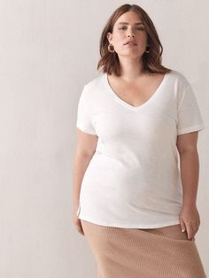 Not all white tees are created equal, though, so we discovered the best white t-shirts for any type of outfit. Oversized White T Shirt, Plain White T Shirt, White Tees, Spring Outfits, Winter Outfits, Casual Outfits, Outfit Summer, White Tshirt Outfit, Minimalist Fashion