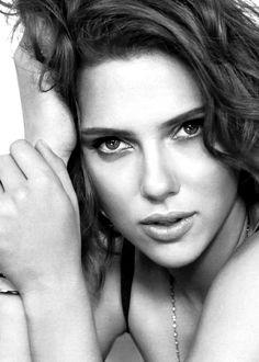 Scarlett Johansson (born in New York City, New York (USA) on November Scarlett Johansson Red Hair, Scarlett Johannson, Dahlia Noir, Belle Nana, Vicky Cristina Barcelona, Hollywood, Trendy Hairstyles, Belle Photo, Jennifer Lopez