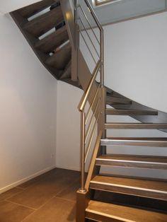 Open trap met dubbele draai. Rvs balustrade aan binnenzijde trap.