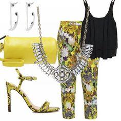 Fantasie per la sera. Per un'uscita, una serata estiva abbina i tuoi pantaloni a fantasia floreale con sfondo giallo a un top multistrato nero. Abbina scarpe gialle e nere, borsa cilindrica gialla e accessori in argento.