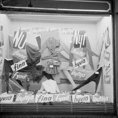 Joulun jälkeiset alennusmyynnit alkoivat 1960- luvulla vasta tammikuussa. Näyteikkunassa tarjouksia molemmilla kotimaisilla kielillä. Helsinki 13.1.1961. Photo: Urpo Rouhiainen. SUOMEN VALOKUVATAITEEN MUSEO