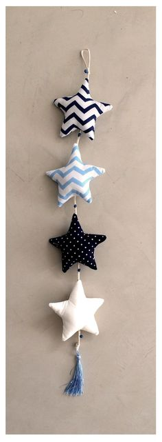 móvil de estrellas azul, celeste y blanco - comprar online Diy Projects To Try, Craft Projects, Sewing Projects, Creation Deco, Creation Couture, Felt Crafts, Diy And Crafts, Arts And Crafts, Baby Deco