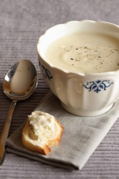 Cauliflower and blue cheese soup or soup de choux fleur et gorgonzolla Easy Healthy Meal Prep, Easy Healthy Recipes, Yummy Veggie, Yummy Food, Soup Recipes, Cooking Recipes, Look And Cook, Winter Food, Soup And Salad