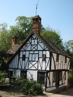 England Travel Inspiration - Beautiful country cottage in Chilham Village, Kent, England. Many films have been made here, A Canterbury Tale, The Amorous Adventures of Moll Flanders, Jane Austen's Emma, and numerous tv series