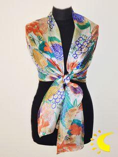 8c18807f12df Chal de seda con estampado floral. Es un complemento de ceremonia con un  diseño colorido