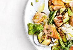 Zucchini putzen und der Länge nachin ca. 3 mm dicke Streifen hobeln. Salatherzenputzen und in