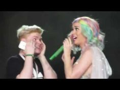 Katy Perry - learning to speak Danish - selfie with fan - talks about her niece - YouTube