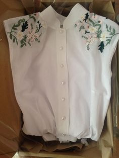 Embroidery - Sleeveless shirt with floral shoulder motif. Hand Embroidery Art, Embroidery On Clothes, Shirt Embroidery, Embroidered Clothes, Embroidery Fashion, Embroidery Stitches, Diy Fashion, Ideias Fashion, Fashion Outfits