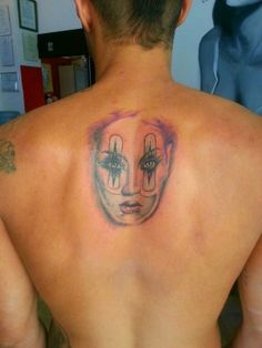Leonardo Greco ex tronista di Uomini e donne si tatua un'immagine sulla sua schiena e i fans si chiedono a chi sia dedicata tale immagine.