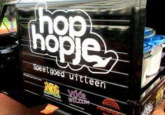 """» Hop Hopje gestart - http://www.wijkmariahoeve.nl/23-sept-opening-hop-hopje/ -  Hop Hopje gestart Voorwelzijn, Mariahoeve WERKT! en het Stadsdeel Haagse Hout hebben een uniek project in Den Haag mogelijk gemaakt. """"Haagse Hopjes"""" is bij velen bekend, maar door de speelgoed uitleenbank mobiel te maken (HopHopje), kunnen veel meer plekken in de wijk voorzien worden. Een goed voorbeeld van """"Haagse Krach"""" en creativiteit. Deze mobiele oplossing maakt het mog"""