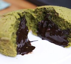 Régalez vos convives avec ces fondants au matcha et au coeur chocolat Tasty Dessert Recipe Videos, Quick Dessert Recipes, Sweets Recipes, Brunch Recipes, Matcha Dessert, Matcha Cake, Buzzfeed Tasty Videos, Charcuterie Recipes, Köstliche Desserts
