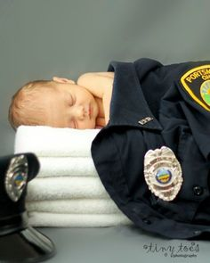 Newborn with Police Officer Parents- so cute- could do with and Armed Forces or Fire Fighter... Love!!!! Wonder how it would look for nursing or doctors