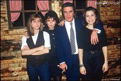 Gilbert Bécaud et trois de ses filles, Anne, Jennifer, Emily, en 1990.
