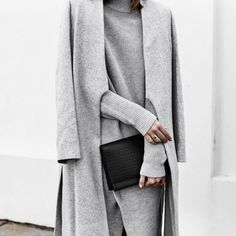 Monochromatic fashion will never go out of style. Outfits in the same color from head to toe make you feel taller, thinner and stylish. London Fashion Weeks, New York Fashion, Minimal Chic, Minimal Classic, Minimalist Fashion Women, Minimal Fashion, Grey Fashion, Look Fashion, Fashion Design
