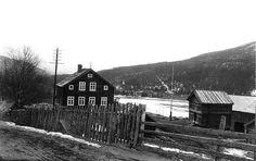"Dette er eit gamalt fotografi frå Ål i Hallingdal. I samband med bokprosjektet ""Gamle Aal 1-5"" vart det digitalisert meir enn 10 000 gamle svart-kvit foto frå Ål, 1870-1960. Forfatterane ga i 2015 heile samlinga til Ål Bygdearkiv. This is an old photo from Ål in Hallingdal, Norway. In the work of produce the books ""Gamle Aal 1-5"" the writers digitized more than 10 000 old black-white photos from Ål, 1870-1960. The whole collection was in 2015 given to the archives of Ål. Visit… Black White Photos, Black And White, In 2015, Old Photos, Norway, Writers, House Styles, Books, Collection"