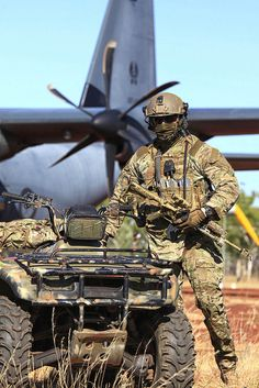 Exercise Pitch Black Australian Combat Controllers from the No. 4 Squadron secure their gear and prepare for training after parachuting from a Hercules in to Delamere Range Facility in the Northern Territory during Exercise Pitch Black August Military Weapons, Military Army, Military Life, Military Soldier, Australian Special Forces, Australian Air, Australian Defence Force, Military Action Figures, Military Special Forces