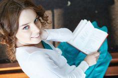 Leer puede resultar aburrido o tedioso para algunas personas, ya que implica dedicar gran parte de su pensamiento al libro que se está leyendo. Leemos muchas cosas durante el día, pero es muy diferent