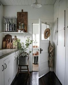 Great Vintage Cottage Kitchen (Content in a Cottage) Decor, Country House Decor, Vintage Cottage, Kitchen Remodel, Cottage Decor, Interior, Home Decor, Cottage Kitchens, Cottage Kitchen