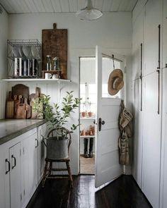 Great Vintage Cottage Kitchen (Content in a Cottage) Rustic Kitchen, New Kitchen, Kitchen Decor, Kitchen White, Kitchen Ideas, Design Kitchen, Kitchen Country, Decorating Kitchen, Smart Kitchen