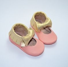 All our Moccasins are handmade with love using 100% genuine quality leather and feature elasticated openings, making them easy to slide on but hard to kick off. Our soft-soled moccs are suitable for newborns and toddlers alike and are the perfect little shoe to compliment and accentuate any little outfit! All moccs sizes 12 months and up come with our standard black 'walker sole'. If you do not wish to have the walker sole, please notify us immediately after purchase.   *Ple...