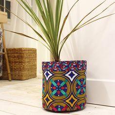 DIY : un cache-pot en wax - Elle Décoration African Crafts, African Home Decor, African Interior Design, African Design, African Textiles, African Fabric, Marie Claire, Quilts Vintage, Diy Wax