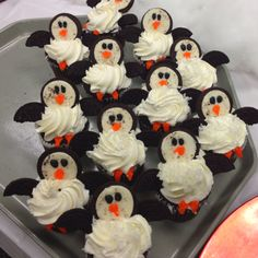 Penguin Cupcakes made with Oreos…these are the BEST Cupcake Ideas! Christmas Cupcakes Decoration, Christmas Desserts, Christmas Baking, Christmas Treats, Holiday Treats, Holiday Cupcakes, Christmas Cookies, Cupcakes Design, Fun Cupcakes