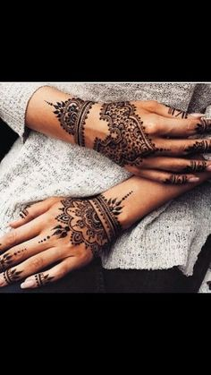 You HAVE to see these Minimal new mehndi design ideas for this wedding season! Party the mehndi party away with these back of the hand henna ideas! Henna Tattoo Designs, Henna Tattoos, Henna Tattoo Hand, Henna Body Art, Body Art Tattoos, Horse Tattoos, Indian Tattoos, Neck Tattoos, Mandala Tattoo