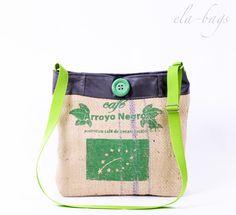 Tasche aus echtem Kaffeesack mit Originaldruck und Leder (Nappa). Die Tasche ist innen gefüttert, mit Reißverschlussinnentasche und Karabinerhaken für Schlüssel  Der Henkel ist verstellbar, so...