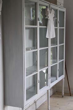 egenbyggt bokskåp av gamla fönster och med gustavianska ben...