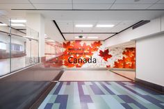Não somos pisos vinílicos, somos pisos de borracha. Os pisos Nora são 100% de borracha, baseados em qualidade e sustentabilidade com mais de 300 variações de cores e design, totalmente ergonômico, certificação LEED, resistente a manchas, ao grande tráfego comercial e voltado para diversas aplicações. Instalação dos pisos norament® 926 grano no H YYC Calgary International Airport em Calgary | Canadá.