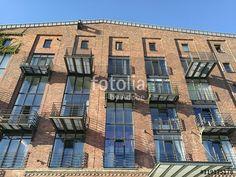 Fassade eines restaurierten Lagerhauses mit modernen Balkons am alten Hafen in Münster in Westfalen im Münsterland