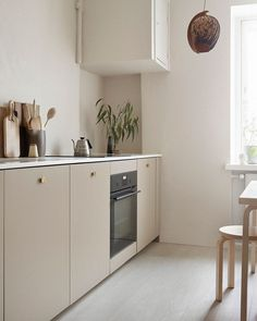 45 Awesome Modern Scandinavian Kitchen Ideas including this lovely neutral kitchen in a simple design with base units in a beige, and simple wooden seating Kitchen Inspirations, Home Decor Kitchen, Scandinavian Kitchen, Scandinavian Kitchen Design, Kitchen Remodel, Kitchen Decor, Beige Kitchen, Home Kitchens, Minimalist Kitchen