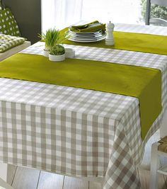 checkered tablecloth combined with green table runner Checkered Tablecloth, Burlap Table Runners, Green Table, Dinning Table, Deco Table, Home And Deco, Table Toppers, Decoration Table, Table Linens