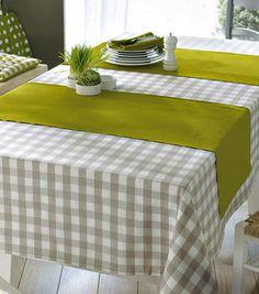 mantel a cuadros combinado con camino de mesa verde