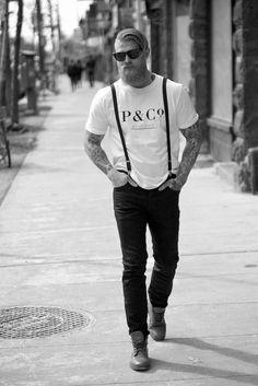 Foto de blanco y negro de un hombre hipster caminando en la calle