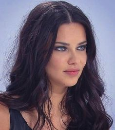 Adriana Lima December 13 2019 at fashion-inspo Brown Hair Green Eyes, Girl With Green Eyes, Brown Hair Colors, Green Hair, Estilo Adriana Lima, Adriana Lima Young, Adrina Lima, Brazilian Supermodel, Brazilian Models