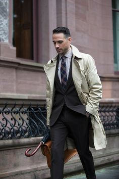 The classic and timeless khaki trench coat. Classic styling with a suit and style tips for men on how to wear a khaki trench coat. Trench Coat Outfit, Trench Coat Style, Trench Coat Men, Burberry Trench, Fashion For Men Over 40, Mens Raincoat, Most Stylish Men, Herren Outfit, Men Jeans