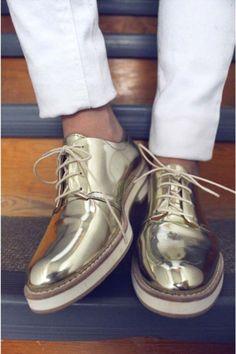 Uma tendência que promete invadir os pés dos brasileiros é a onda dos calçados metálicos. Saiba mais!