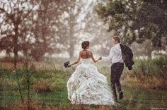 20молодоженов, которые неиспугались дождя вдень своей свадьбы