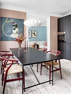 Black Scandinavian kitchen with bordeaux red Herman Miller wishbone chairs Pink Kitchen, Kitchen Design, Interior, Country Kitchen Designs, Home Decor, House Interior, Dining Room Walls, Rustic Country Kitchens, Apartment Interior