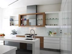reforma cocina moderna, muebles bajos, isla con fregadero como barra, módulo empotrado para almacenamiento y electrodomésticos. presupuestON.com