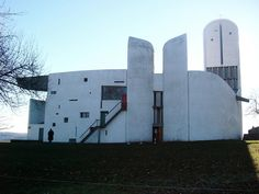 vol.03:ル・コルビュジエのガーゴイル 建築家、大嶋信道による連載「雨のみち探偵団」。待望の第三回目は、ついに巨匠建築家、ル・コルビュジエの登場です!コルビュジエが東方への旅で出会ったであろう数々のガーゴイルたち。コルビュジエ作品にはじめて登場するガーゴイルは、あの住宅!?晩年の<ロンシャンの教会>に見られるガーゴイルをアレに例える!?大嶋さん独自のマニアックな視点と分析が今回も目白押しです。お楽しみください。「雨のみちデザイン」は、さまざまな角度から「雨のみち」について共に考え、創造していく、タニタハウジングウェアが提供する建築系ウェブマガジンです。