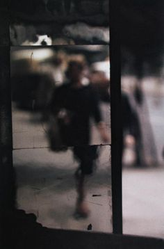 Saul Leiter - Shopping, c. 1953 © Saul Leiter / Courtesy Howard Greenberg Gallery, New Saul Leiter, Artistic Photography, Color Photography, Abstract Photography, Fashion Photography, Photography Ideas, Urban Photography, Street Photography People, Photography Hashtags