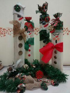 Bonecos de neve, em família, feitos de tocos de madeira